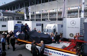 La Mercedes CLR de retour dans le paddock après un accident