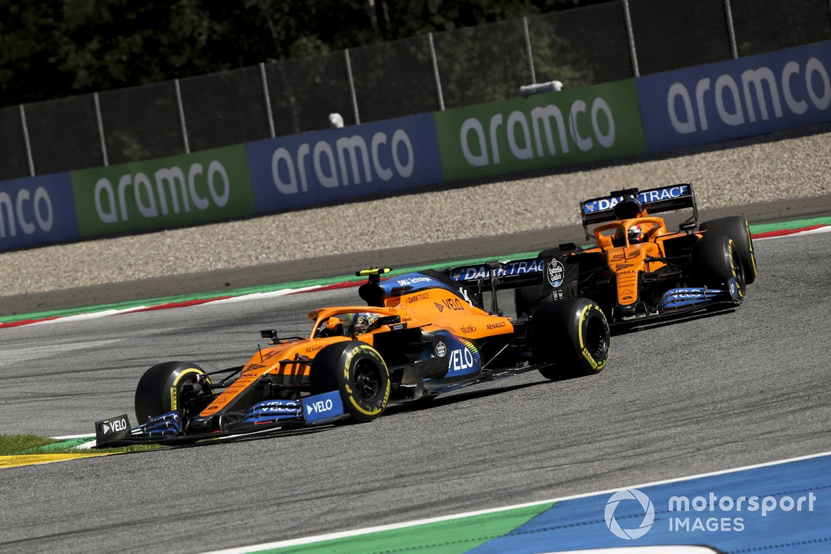 Lando Norris, McLaren MCL35, precede Carlos Sainz Jr., McLaren MCL35