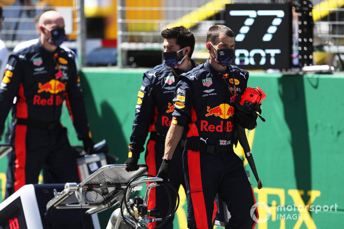 Los miembros del equipo de Red Bull Racing en la parrilla