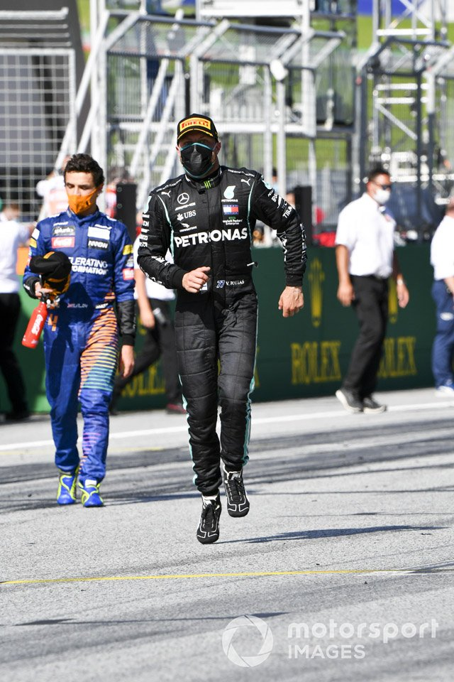 Ganador de la carrera Valtteri Bottas, Mercedes-AMG Petronas F1 celebrando en el parque federal