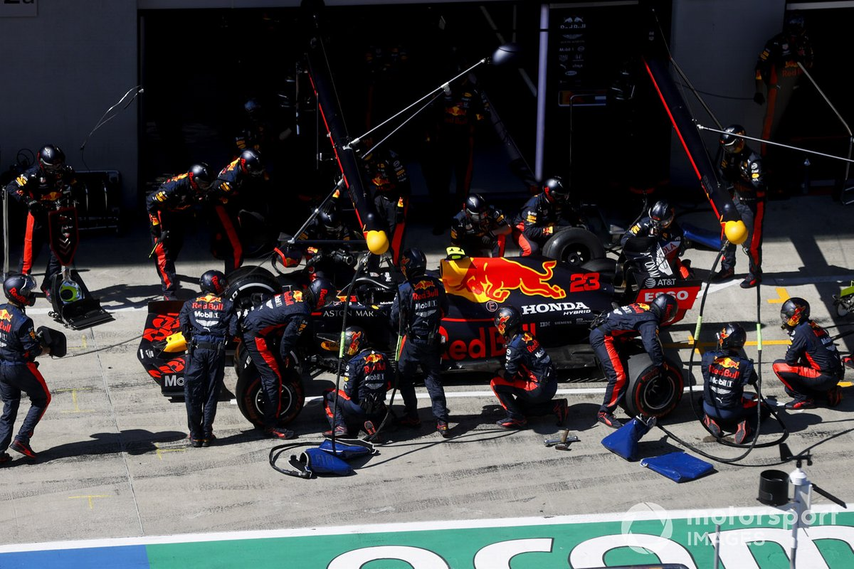 Alex Albon, Red Bull Racing RB16 pit stop