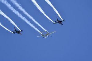 Un Lockheed P-38 Lightning escoltado por un par de Dassault Alpha Jets para la exhibición aérea previa a la carrera
