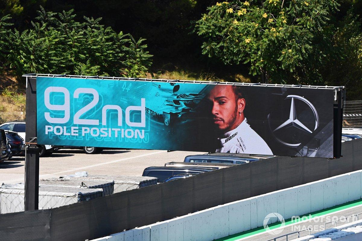 Una pantalla muestra el resultado de la calificación con la pole position 92 para Lewis Hamilton, Mercedes-AMG Petronas F1
