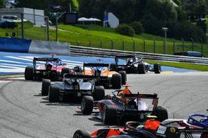 Dennis Hauger, HITECH GRAND PRIX gareggia in un gruppo ristretto di auto