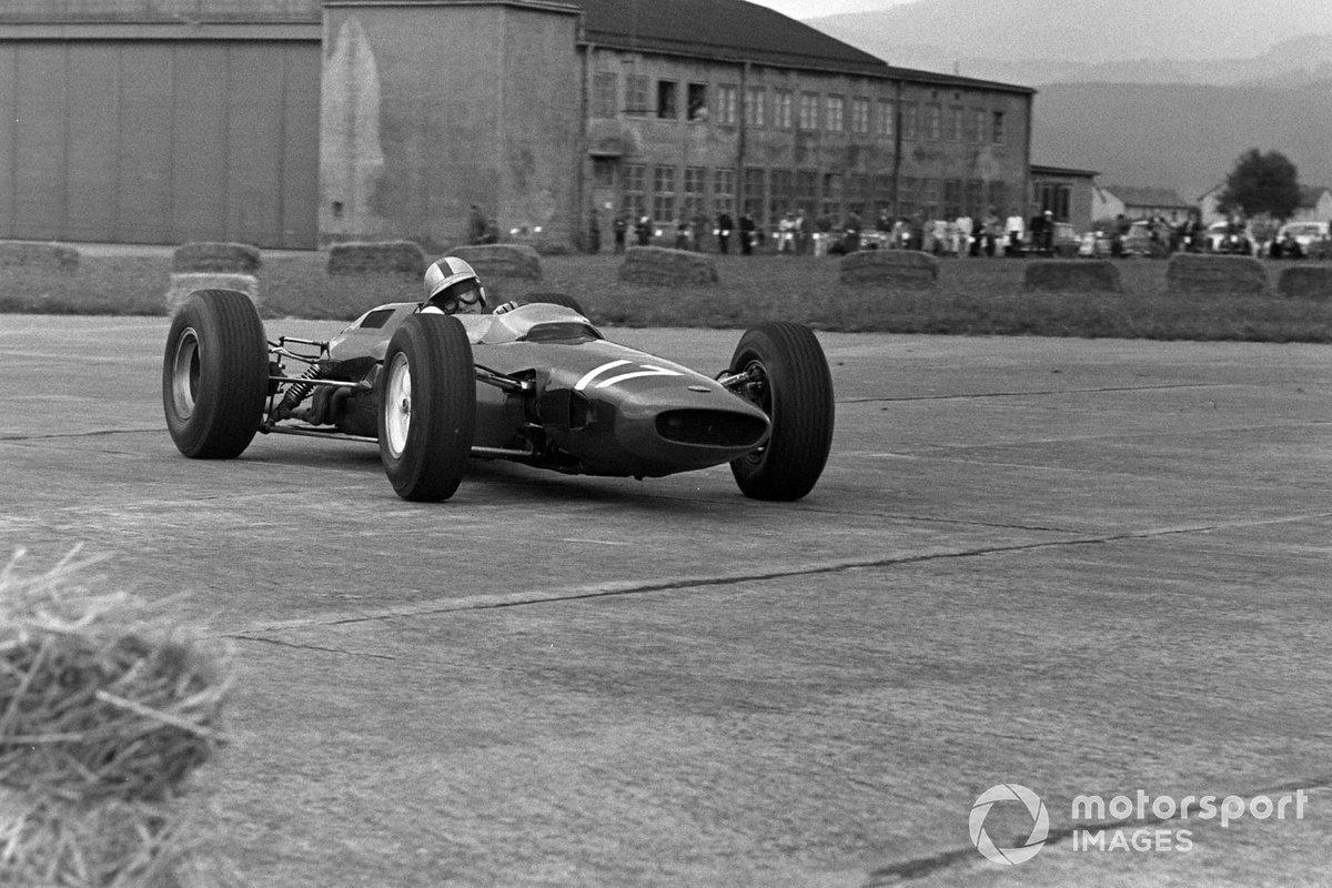 Стыки между плитами были настолько крупными, что даже весьма крепкие машины Ф1 тех дней начали от тряски буквально разваливаться на ходу