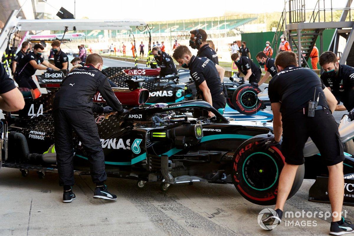Lewis Hamilton, Mercedes F1 W11, e Valtteri Bottas, Mercedes F1 W11