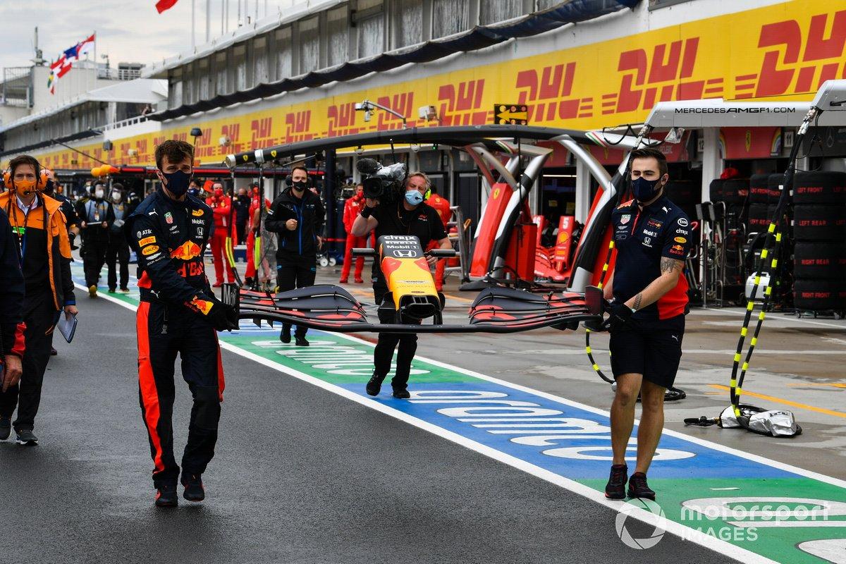 Los mecánicos se apresuran a reemplazar el alerón delantero dañado de Max Verstappen, Red Bull Racing RB16