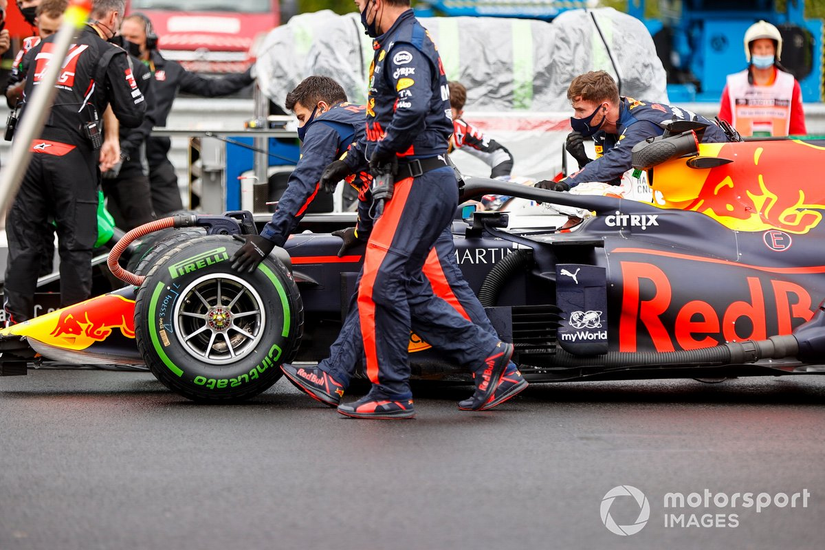 Monoplaza de Max Verstappen, Red Bull Racing RB16 es reparado tras chocar previo a la carrera