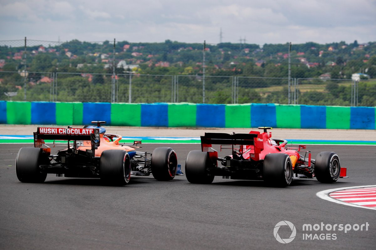 Carlos Sainz Jr., McLaren MCL35 e Charles Leclerc, Ferrari SF1000