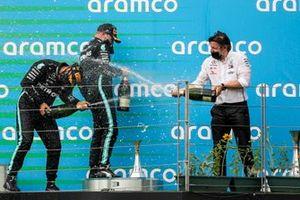 Race winner Lewis Hamilton, Mercedes-AMG Petronas F1, Valtteri Bottas, Mercedes-AMG Petronas F1 and Peter Bonnington, Race Engineer, Mercedes AMG celebrate on the podium