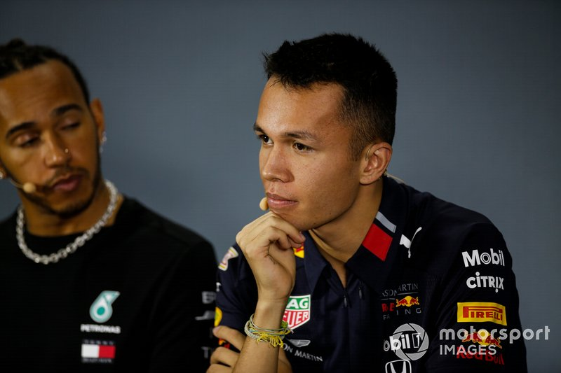 Alex Albon, Red Bull Racing e Lewis Hamilton, Mercedes AMG F1, in conferenza stampa
