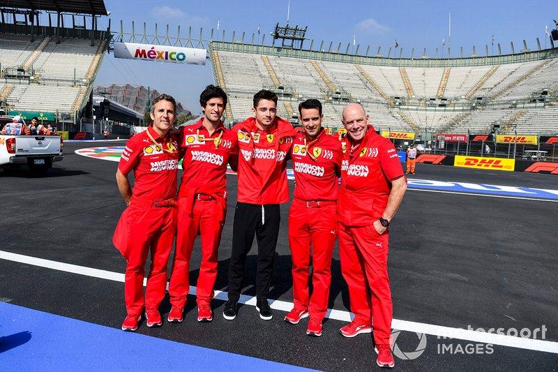 Charles Leclerc, Ferrari posa para una fotografía con su equipo en la pista