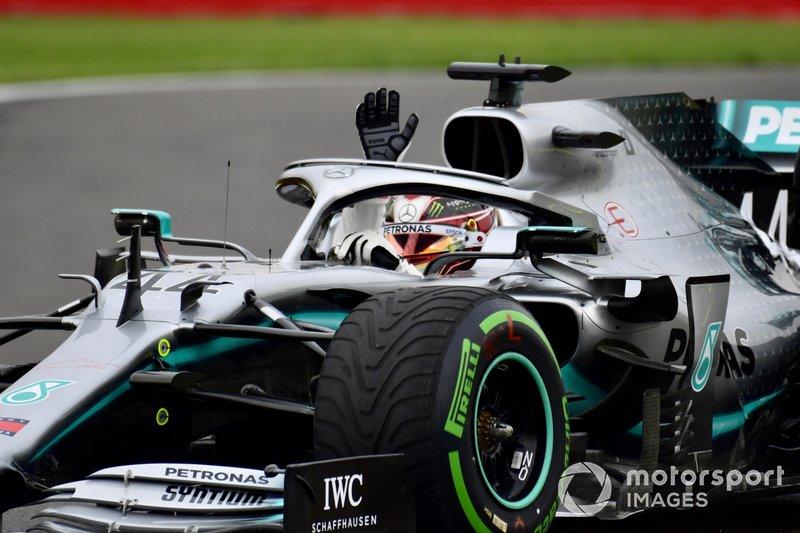 Lewis Hamilton, Mercedes AMG F1 W10, saluta dall'abitacolo della sua monoposto