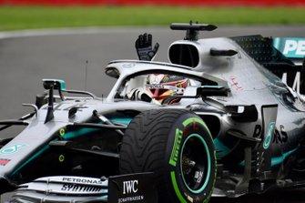 Lewis Hamilton, Mercedes AMG F1 W10, salue le public