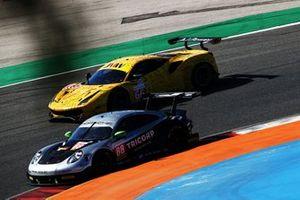 #88 Proton Competition Porsche 911 RSR: Thomas Preining, Gianluca Giraudi, Ricardo Sanchez, #66 JMW Motorsport Ferrari F488 GTE: Jeffrey Segal, Matteo Cressoni, Wei Lu