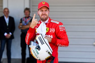 Le poleman Sebastian Vettel, Ferrari, fête sa victoire dans le Parc Fermé