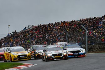 Start - Dan Cammish, Halfords Yuasa Team Dynamics Honda Civic and Colin Turkington, WSR BMW