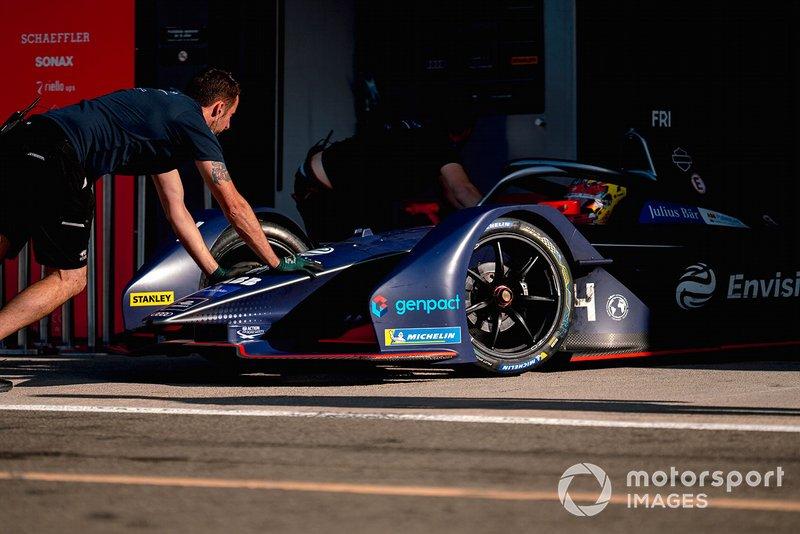 Mechanics push Robin Frijns, Envision Virgin Racing, Audi e-tron FE06 back into the garage