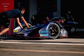 Mechanics push Robin Frijns, Envision Virgin Racing, Audi e-tron FE06
