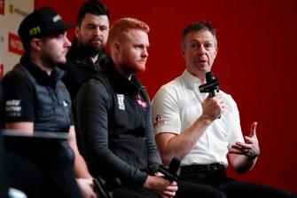 Los pilotos de BTCC Jack Goff, Daniel Rowbottom, Josh Cook y Matt Neal son entrevistados en el escenario