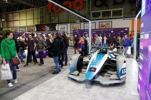 Los aficionados admiran el stand de la Fórmula E