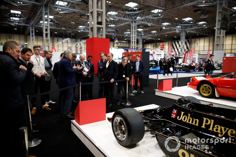 Giorgio Piola, de Motorsport Network, hace un tour por la exhibición de coches