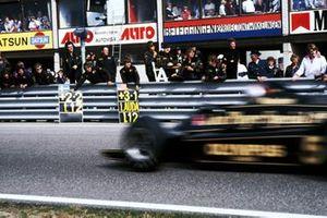 Mario Andretti, Lotus 79, passa davanti al pit board, al GP d'Olanda del 1978