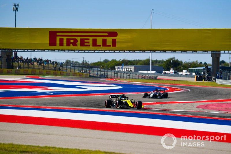 Daniel Ricciardo, Renault F1 Team R.S.19, precede Kimi Raikkonen, Alfa Romeo Racing C38