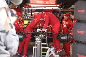 Ferrari SF90, dettaglio delle sospensioni e dei cestelli dei freni anteriori