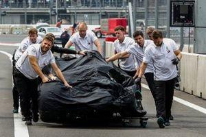 Los mecánicos de Mercedes devuelven el coche dañado de Valtteri Bottas, Mercedes AMG W10, a su garaje tras su choque al final de la sesión clasificatoria