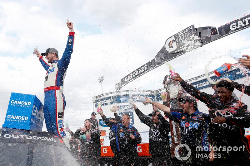 Race Winner Todd Gilliland, Kyle Busch Motorsports, Toyota Tundra Mobil 1