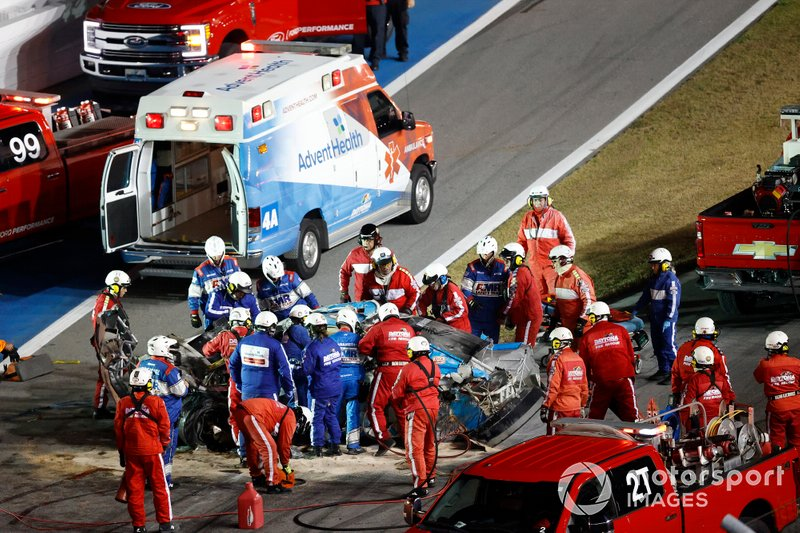 Socorren a Ryan Newman, Roush Fenway Racing, Ford Mustang Koch Industries, tras su accidente