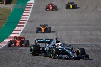 Lewis Hamilton, Mercedes AMG F1 W10, devant Charles Leclerc, Ferrari SF90, Lando Norris, McLaren MCL34, Sebastian Vettel, Ferrari SF90 et Daniel Ricciardo, Renault F1 Team R.S.19
