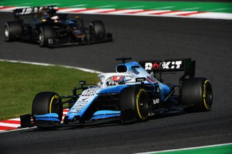 George Russell, Williams Racing FW42, precede Romain Grosjean, Haas F1 Team VF-19