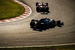 Sebastian Vettel, Ferrari SF90, precede Lewis Hamilton, Mercedes AMG F1 W10