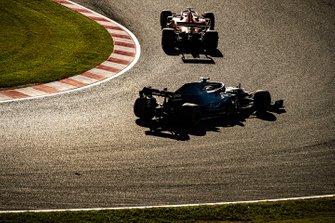 Sebastian Vettel, Ferrari SF90, devant Lewis Hamilton, Mercedes AMG F1 W10