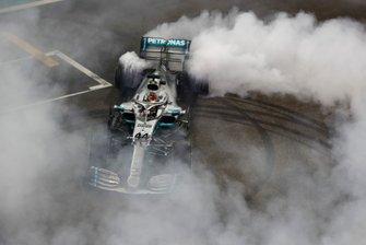 Le vainqueur Lewis Hamilton, Mercedes AMG F1 W10, fait un donut