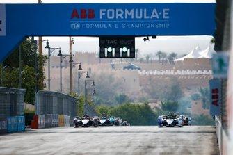 Pole sitter Alexander Sims, BMW I Andretti Motorsports, BMW iFE.20 a fianco di Sébastien Buemi, Nissan e.Dams, Nissan IMO2 all'inizio della gara