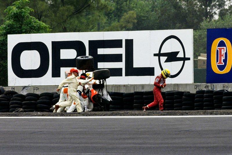 A McLaren escapou na curva Peraltada e capotou após colidir na barreira de pneus.