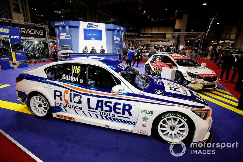 Los coches de Ash Sutton y Jason Plato del BTCC