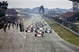 Start action, Niki Lauda, Ferrari 312B3 leads
