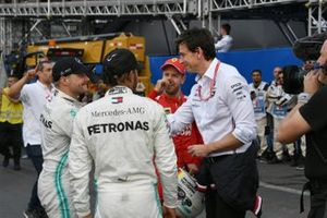 Valtteri Bottas, Mercedes AMG F1, troisième, Lewis Hamilton, Mercedes AMG F1, vainqueur, Sebastian Vettel, Ferrari, deuxième, et Toto Wolff, directeur exécutif, Mercedes AMG, après la course