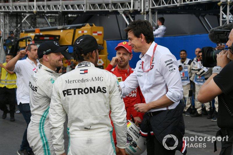 Valtteri Bottas, Mercedes AMG F1, terzo classificato, Lewis Hamilton, Mercedes AMG F1, primo classificato, Sebastian Vettel, Ferrari, secondo classificato, e Toto Wolff, Executive Director (Business), Mercedes AMG, dopo la gara