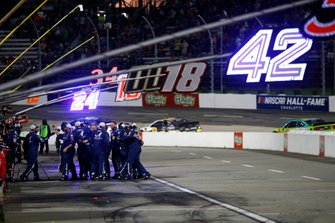 Martin Truex Jr., Joe Gibbs Racing, Toyota Camry Auto Owners Insurance crew celebrates