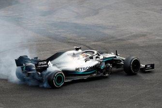 Lewis Hamilton, Mercedes AMG F1 W10, hace donuts tras la carrera
