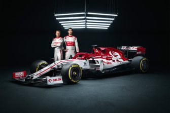 Гонщики Alfa Romeo Кими Райкконен и Антонио Джовинацци рядом с автомобилем С39