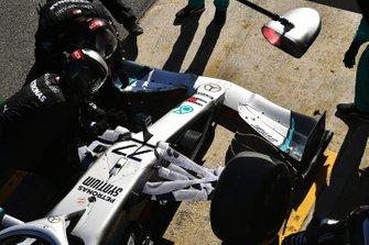 Monteurs met Valtteri Bottas' Mercedes F1 W11
