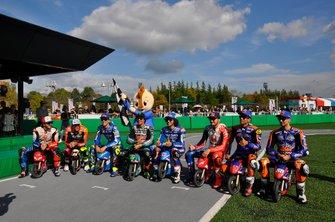 Francesco Bagnaia, Aleix Espargaró, Joan Mir, Franco Morbidelli, Alex Rins, Jack Miller, Miguel Oliveira y Hafizh Syahrin en el evento de las minimotos