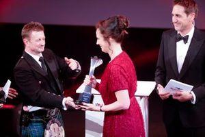 Allan McNish overhandigt de Pioneering and Innovation Award aan Catherine Bond Muir van de W Series