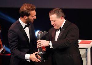 Jean-Eric Vergne recibe el premio al Momento del Año de manos de Zak Brown, Director Ejecutivo de McLaren